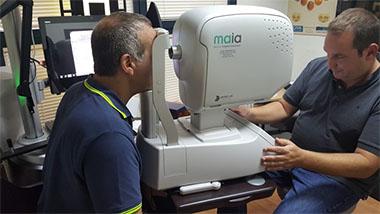 ה-MAIA הינו מכשיר חדשני הממפה בצורה מדויקת את הרשתית ומאתר את האזור בו נמצאת חדות הראייה הטובה ביותר .